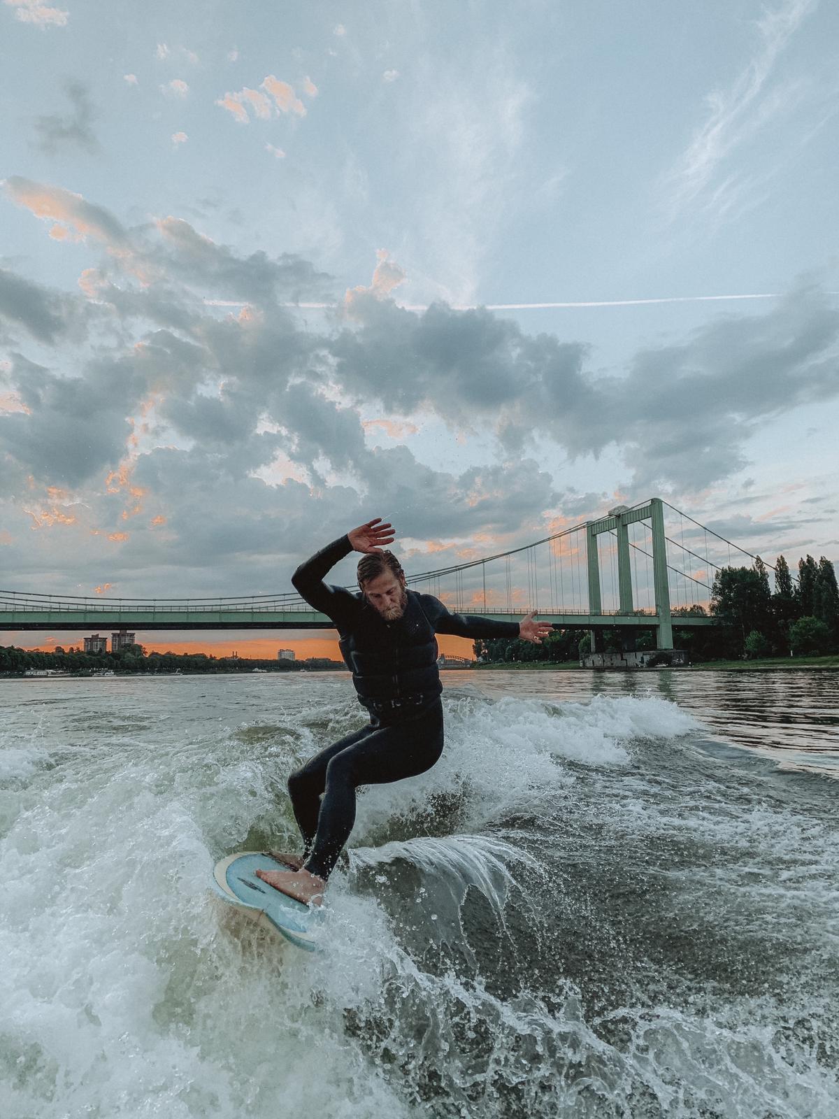 Köllefornia am Rhein – Surfen in der Stadt und Sundowner mit Domblick: surft.kologne sorgt für die perfekte Welle in Köln