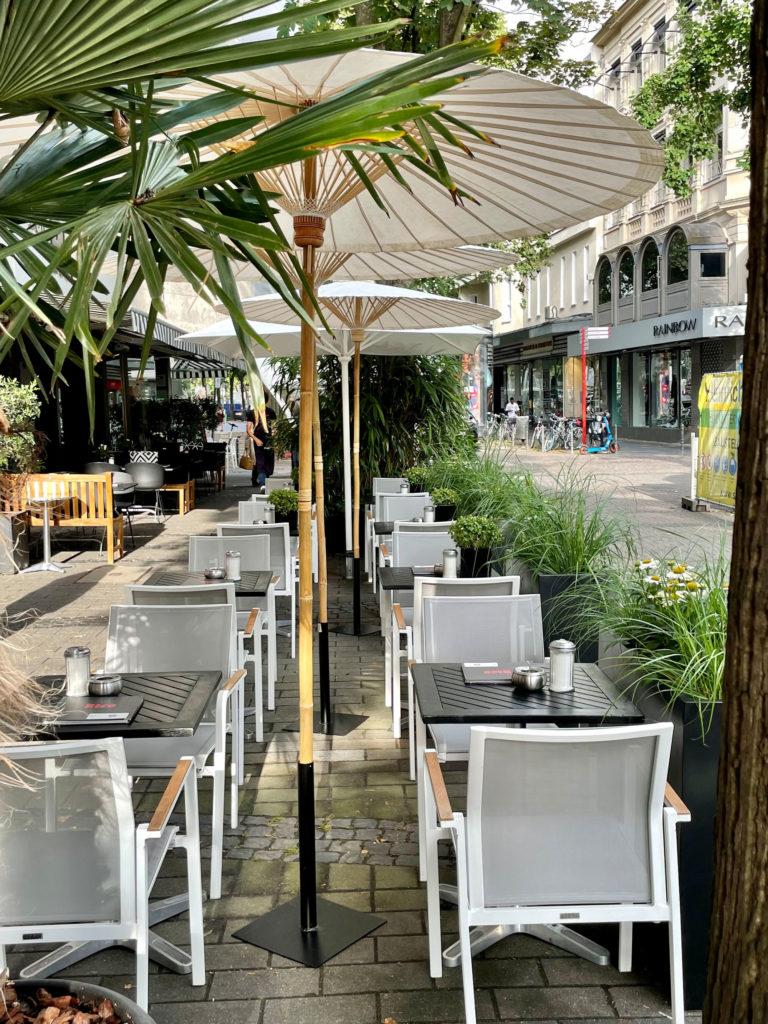 Die gemütliche Terrasse des Café Rico in der Innenstadt